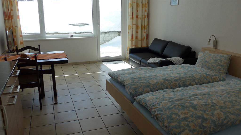 Schlafzimmer mit Ess- und Wohnbereich