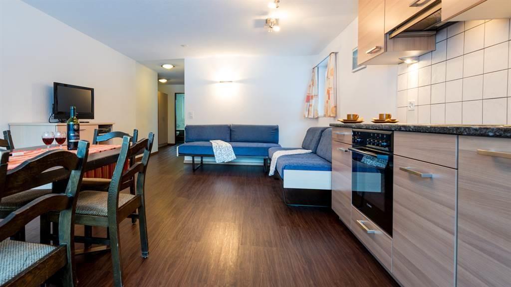 Wohnzimmer mit Küche und Essplatz