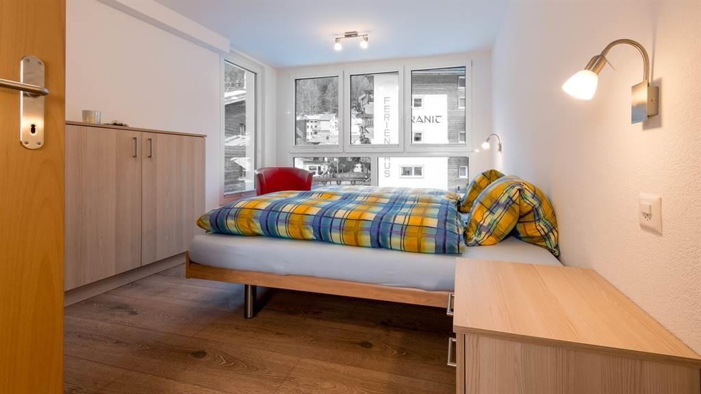 Schlafzimmer mit Panoramfenster - Richtung Westen