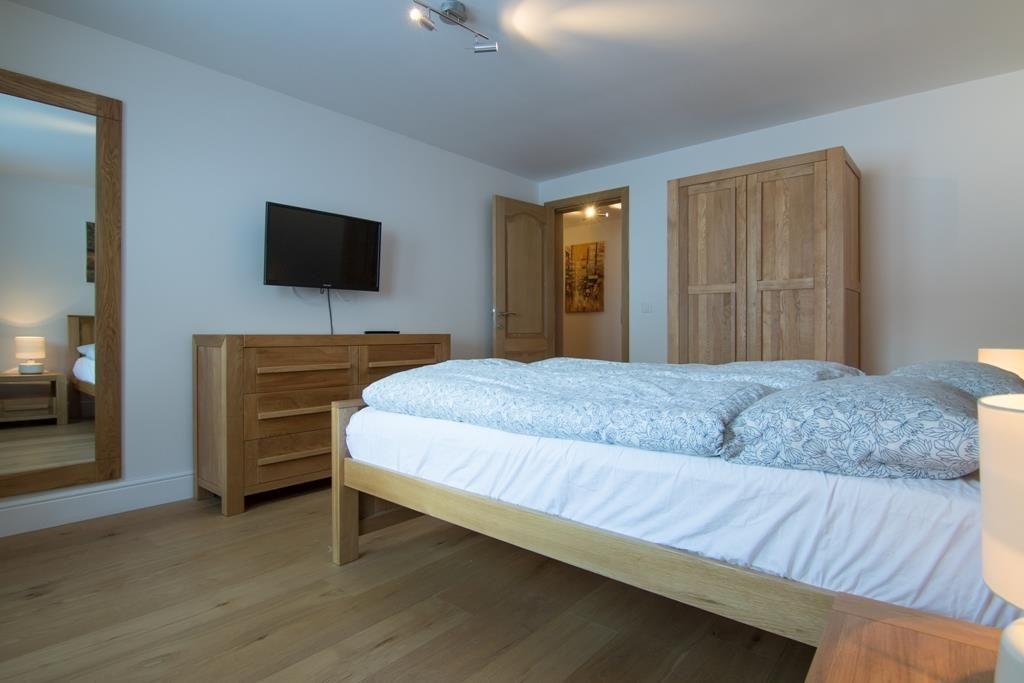 Schlafzimmer 1 mit Fernseher