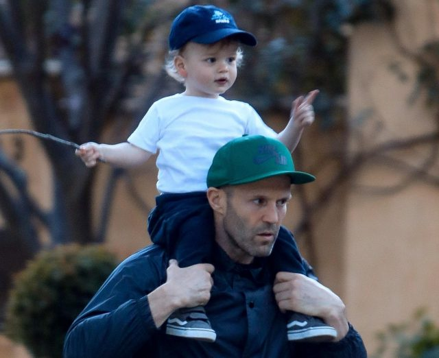 Джейсон Стэтхем замечен на прогулке с сыном и подругой