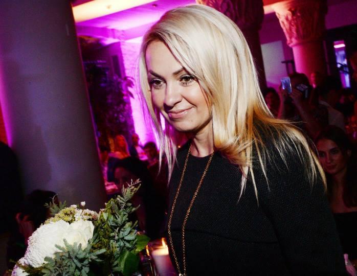 Акцент на ноги: Рудковская в платье с юбкой солнце-клеш станцевала с Плющенко
