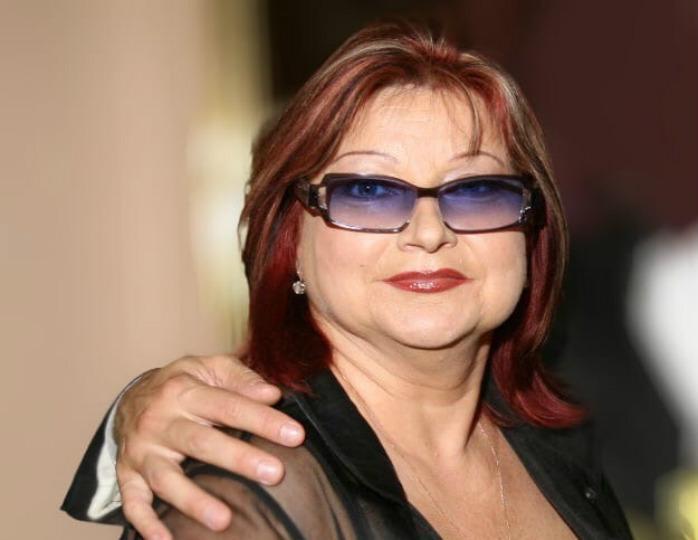 Стильный монохром: 67-летняя Елена Степаненко подчеркнула талию жакетом цвета фуксия