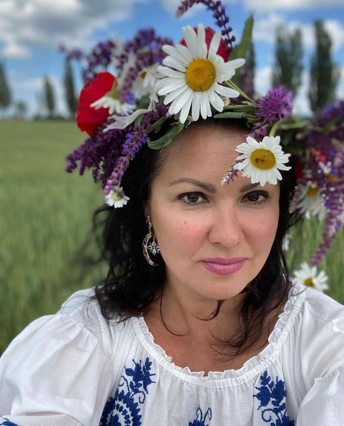 Оставшаяся без работы во время пандемии Анна Нетребко отправилась на ферму собирать клубнику
