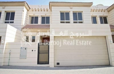 Spacious 4BR+Maids' Villa with Garden for Families - Ideal Location -