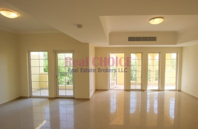 Upfloor 2BR villa with private access and 12chqs -