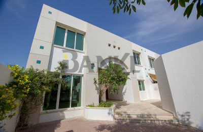 Outstanding Space - 4 Bed Villa Close to the Beach -