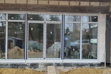 Montaż okien i witryny Rehau Synego w Serocku
