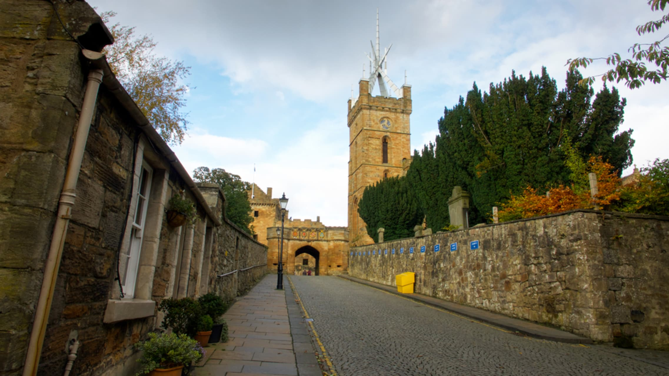 Central Scotland - Royal Burgh of Linlithgow: meander through an historic Scottish town