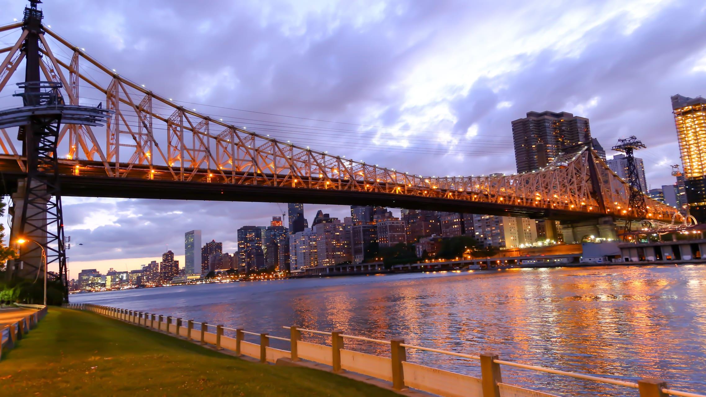 New York - New York at Night: Flight to Roosevelt Island