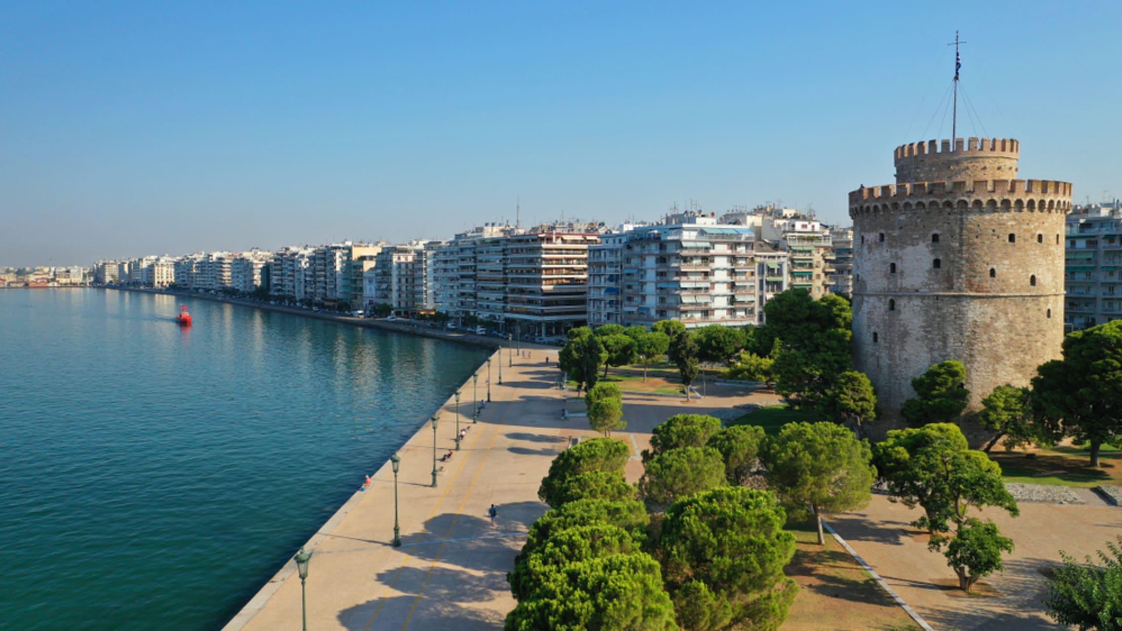 Thessaloniki - Thessaloniki: Walking on the promenade