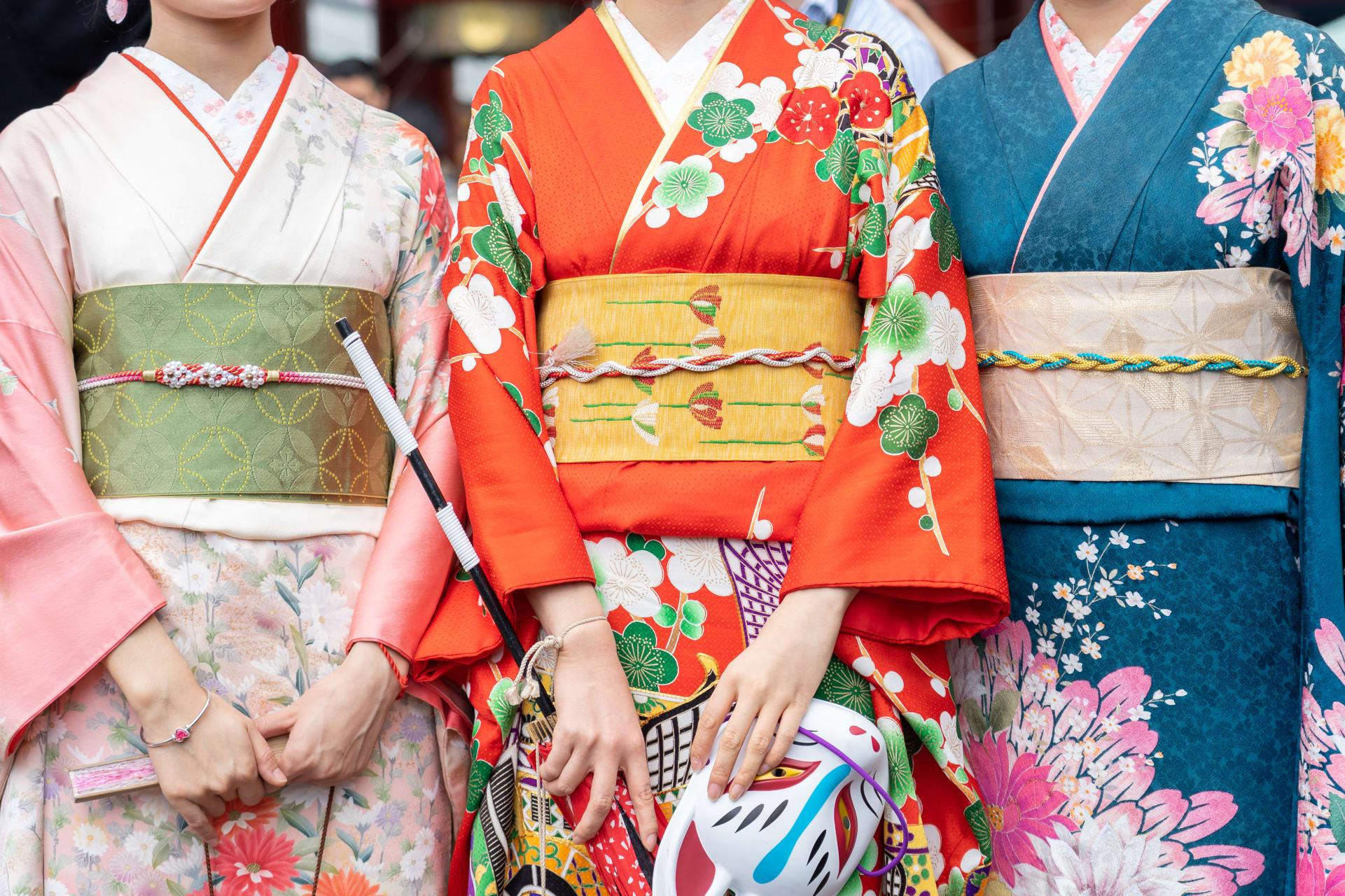 Kyoto - Discover kimono culture, its fabric and patterns at an antique kimono shop