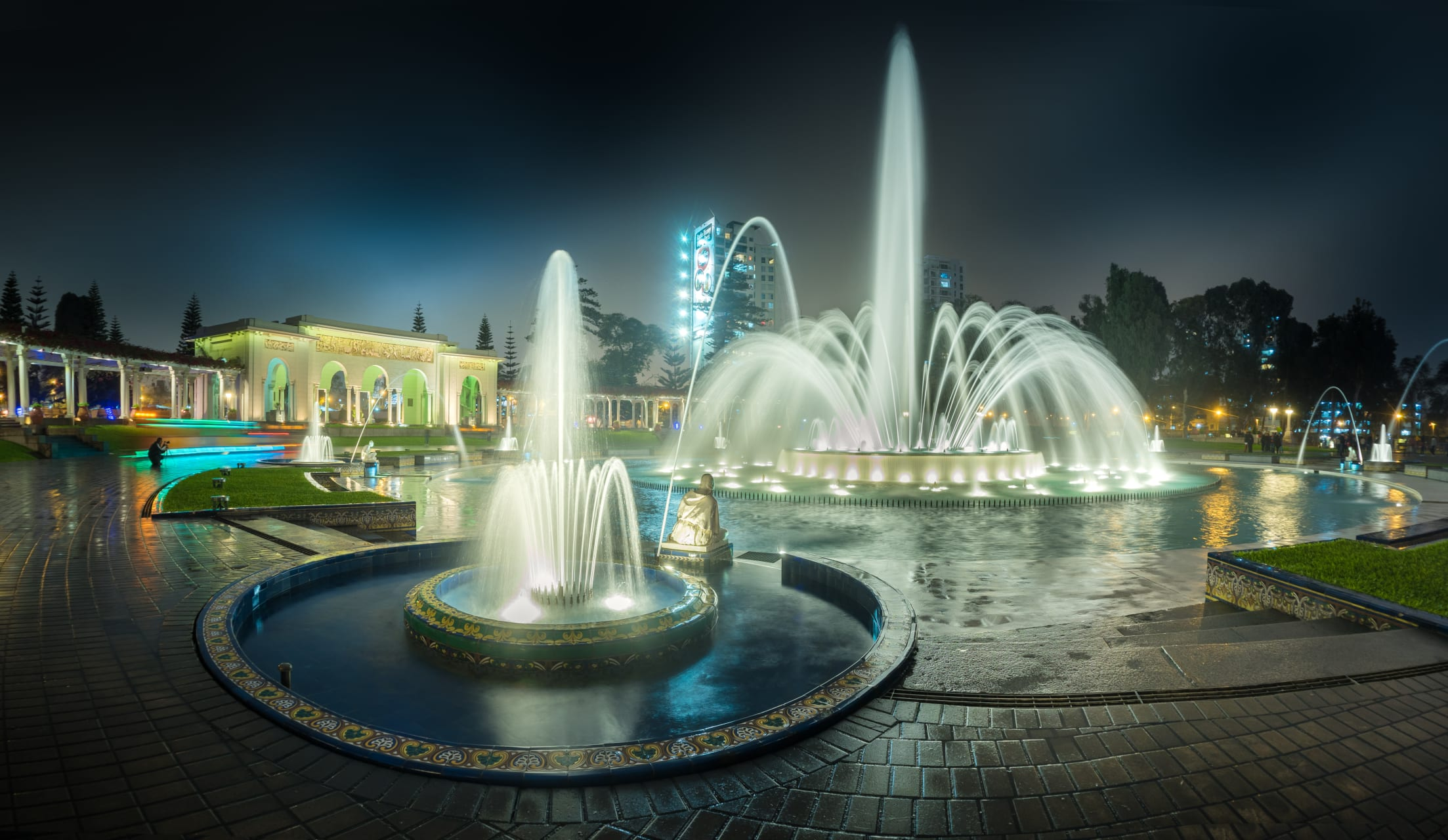 Lima - A Night Tour to the Magic Water Circuit: Fountains, Lights and Colors.