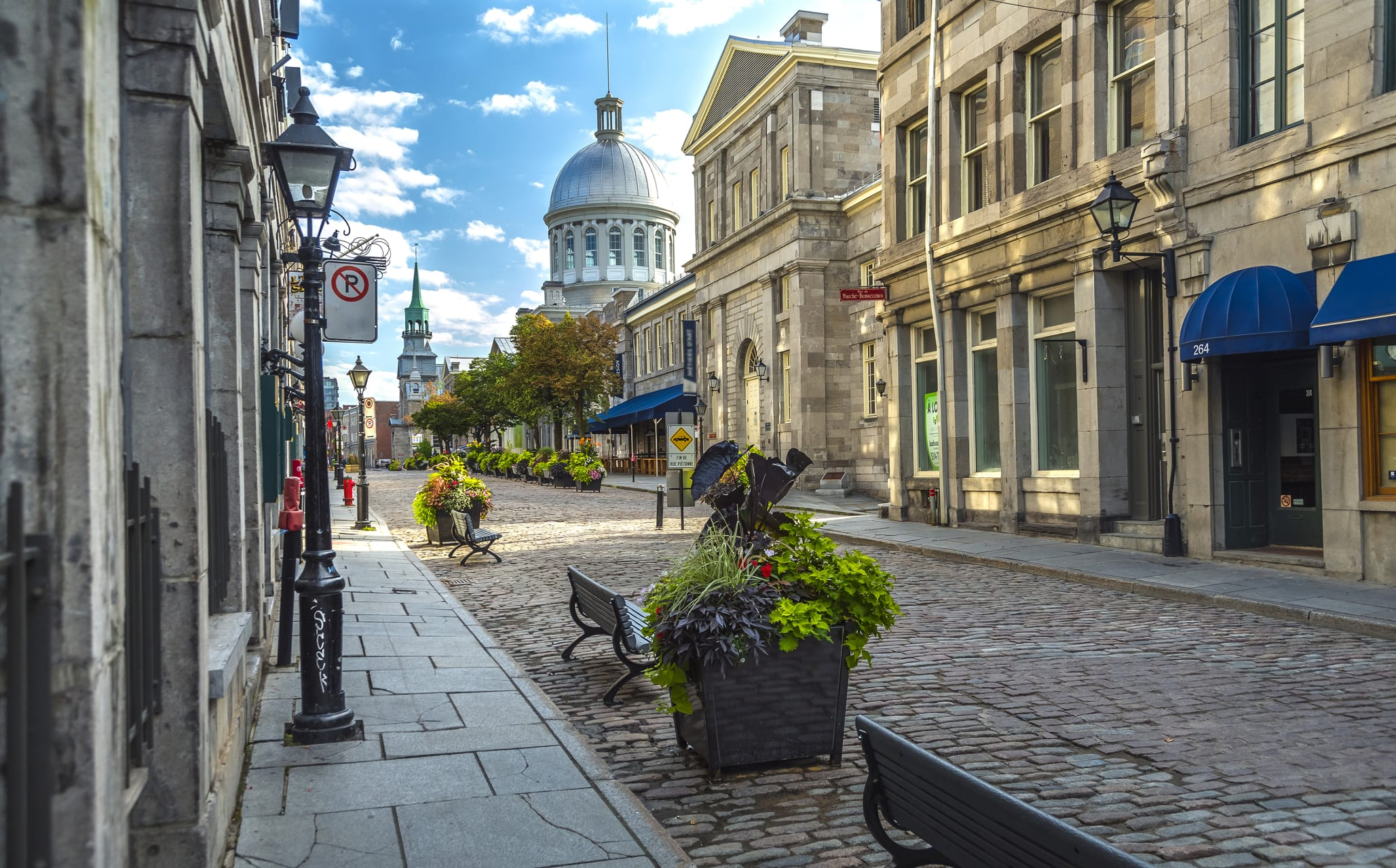 Montreal - A walk in Old Montreal (LEARN FRENCH/TOUR MAINLY IN FRENCH)