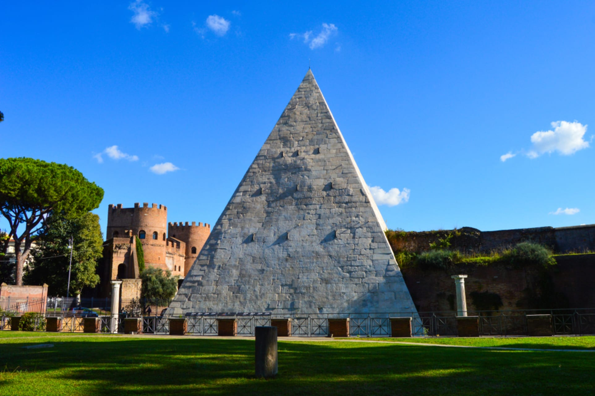 Rome - A car ride to the Pyramid