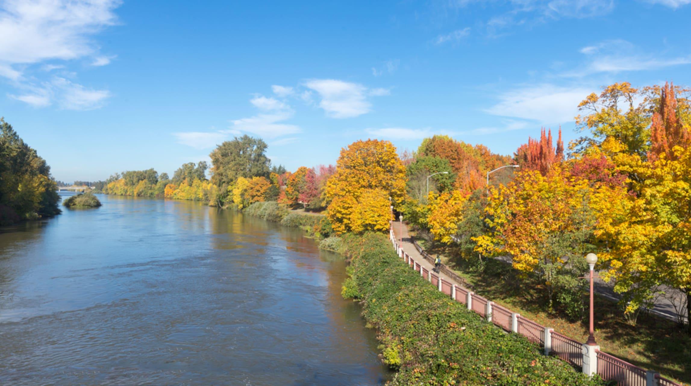 Oregon - Walking along the Willamette River in Portland