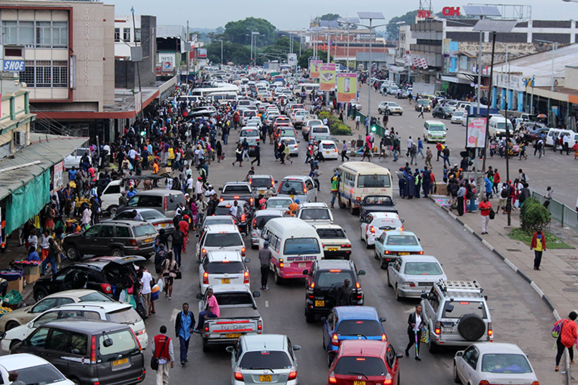 Harare - Hustle and bustle of Zimbabwean workers heading home
