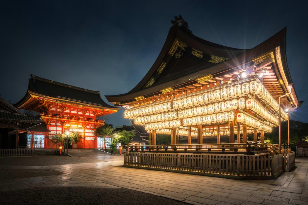 Kyoto - Night walk in the illuminated Yasaka-jinja shrine