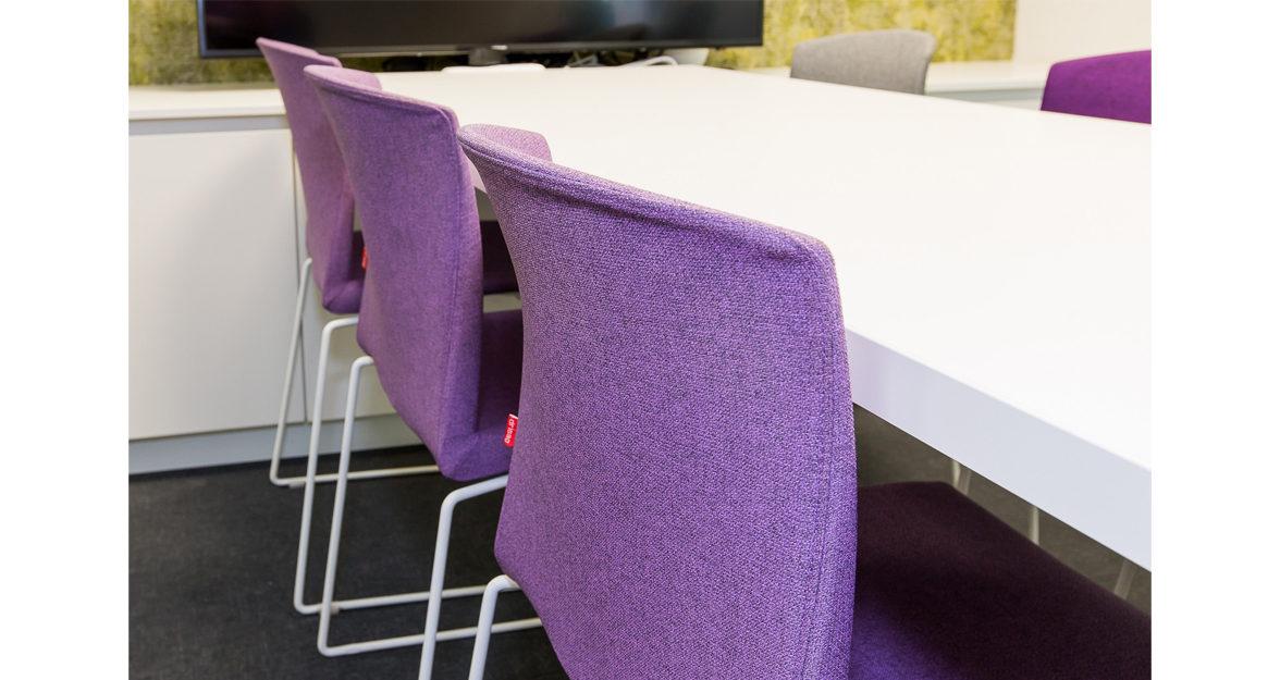 paarse stoelen in vergaderruimte