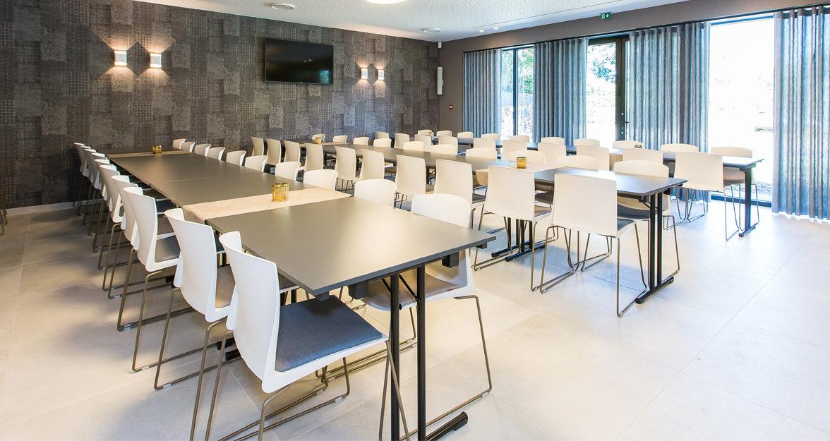 Witte stoelen met gestoffeerd zitvlak