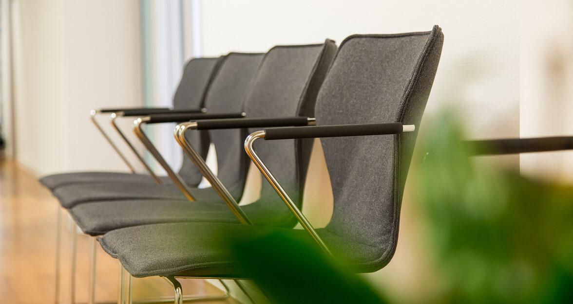 Omega stoelen op een rijttje gestoffeerd