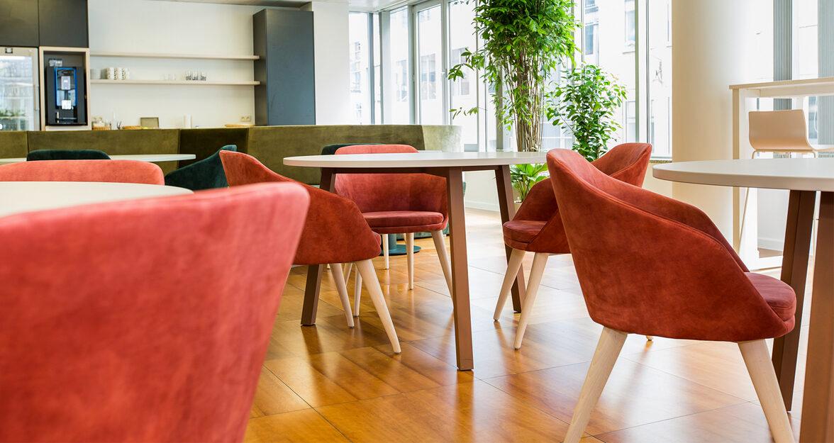 lunchruimte met rode stoelen