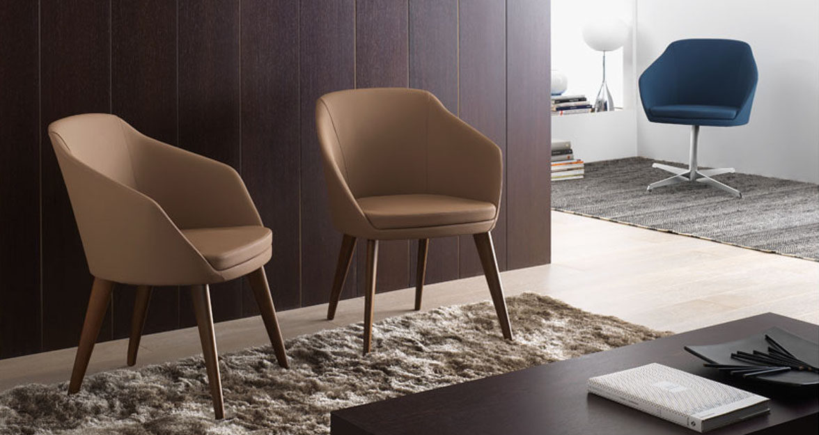 Realisatiefoto Charlie chair met houten onderstel