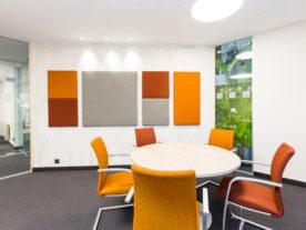 Vergaderzaal met akoestische panelen