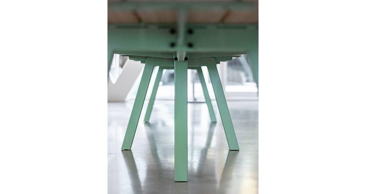 houten tafel met groene poten