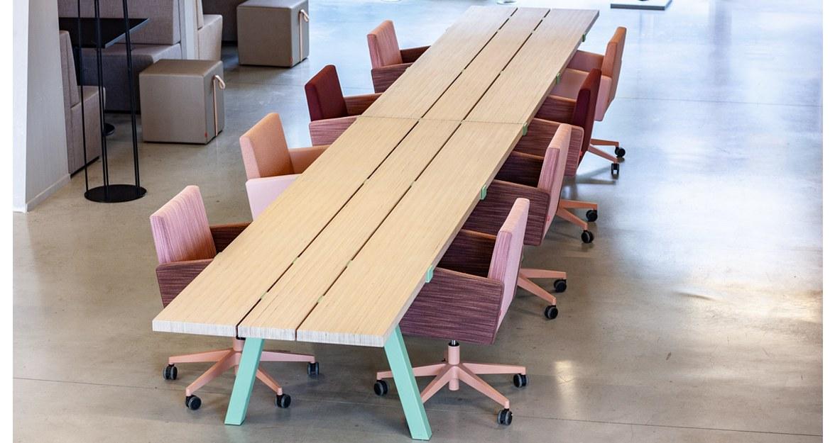 tafel groene poten roze stoelen