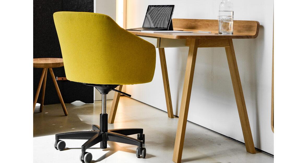gele bureaustoel, hout bureau