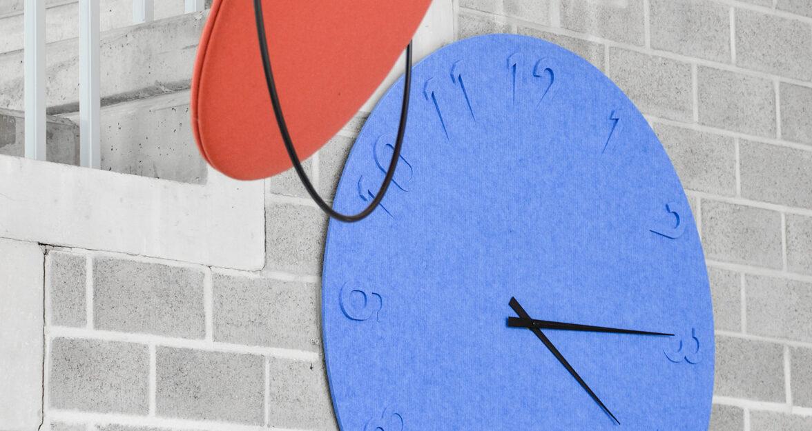 horloge en feutre blue, béton