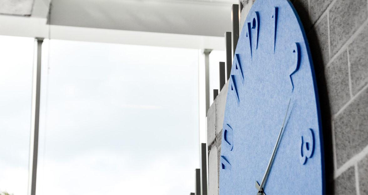 horloge en feutre blue, verre