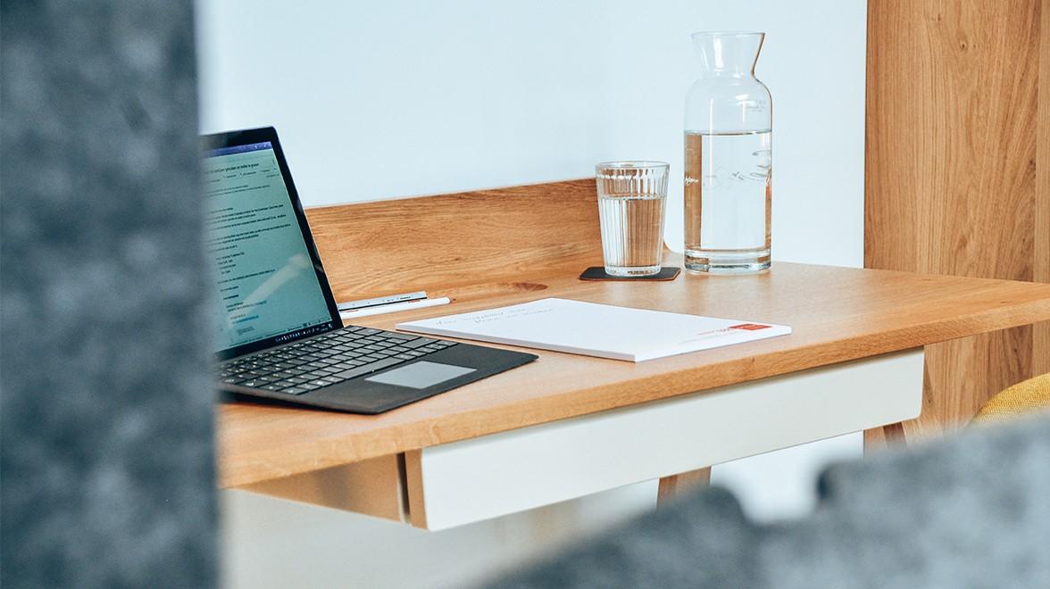 thuiswerken aan een bureau