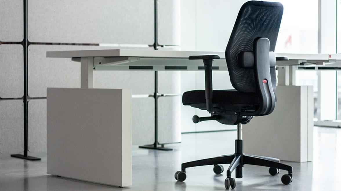 Zwarte bureaustoel, witte bureau