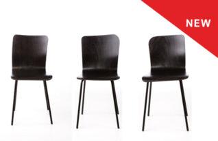 zwarte stoelen met een scheve rugleuning.