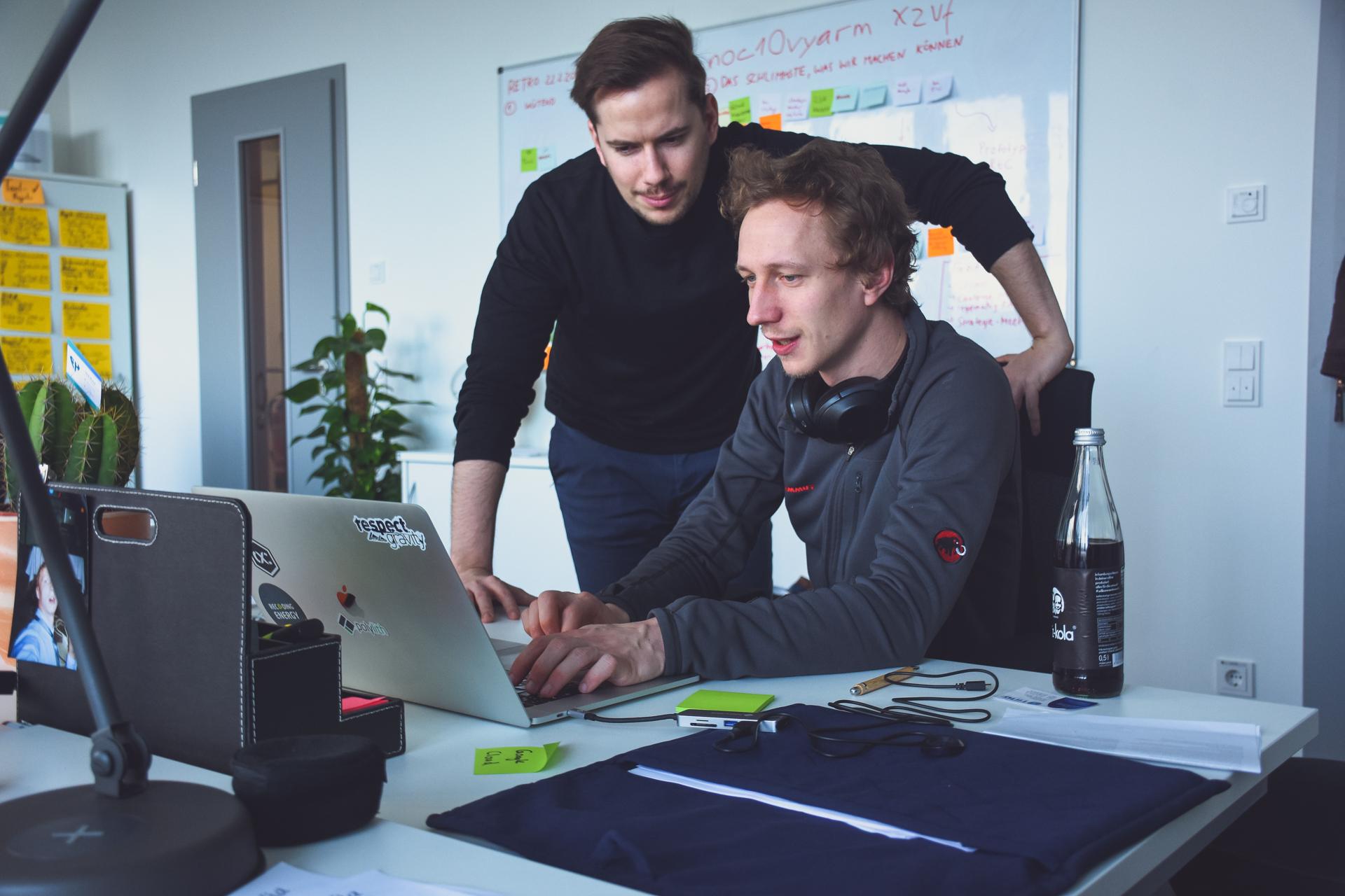 Die Gründer Jakob Blume und Philipp Dienst arbeiten