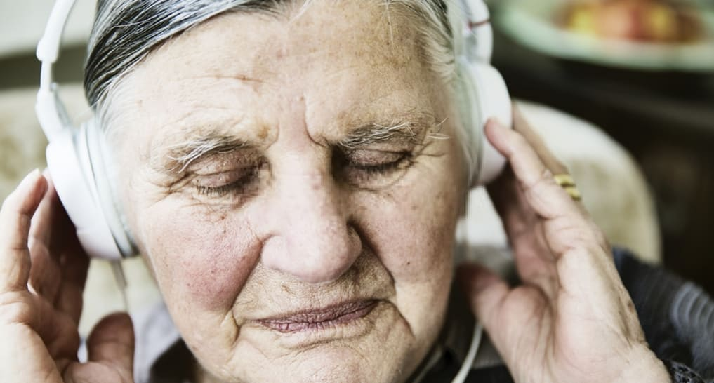 Elderly with dementia calm down with white noise