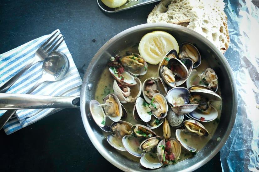 musslor och citron i en kastrull