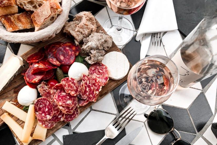 Vin tillsammans med charkuterier och snacks