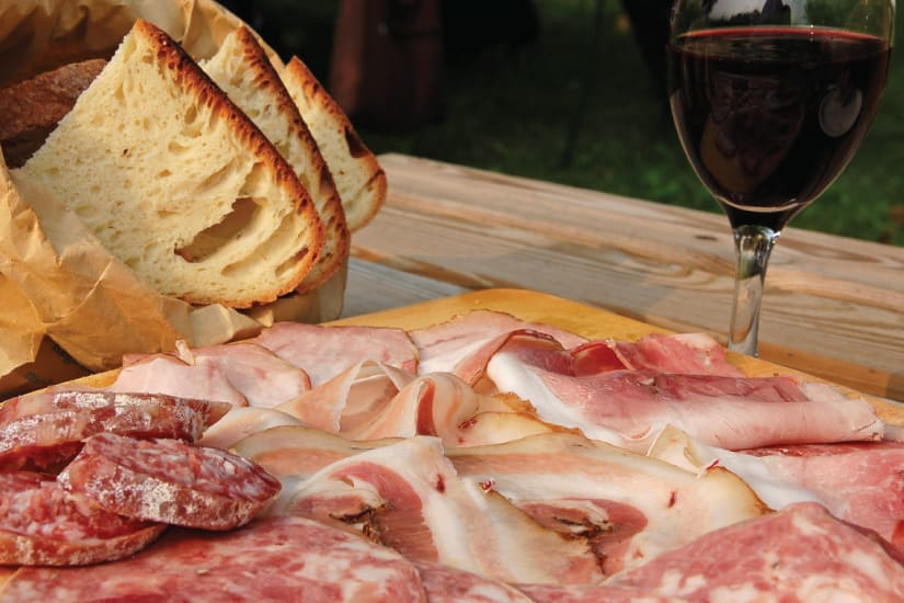 charkplatta med bröd och vin