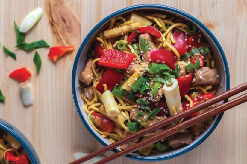 skål med nudlar och grönsaker
