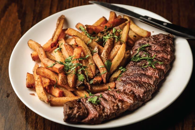 grillad köttbit med pommes frites