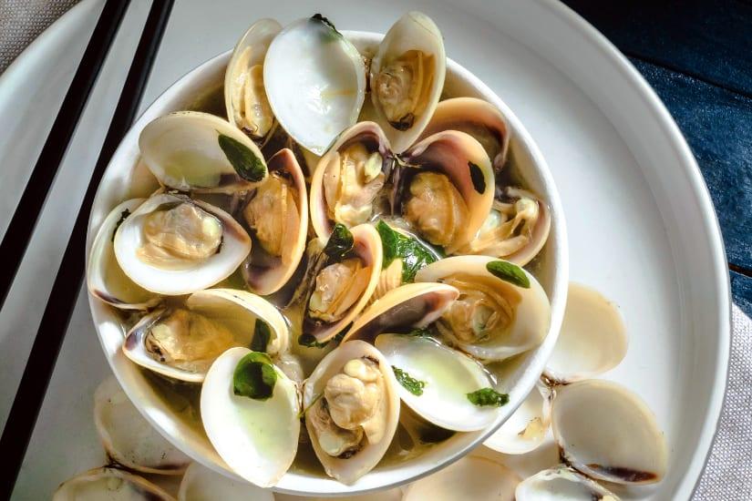 musslor med olivolja och persilja serverade i en skål