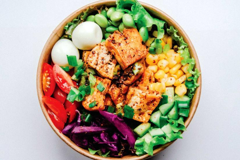 kycklingsallad med många färgglada grönsaker