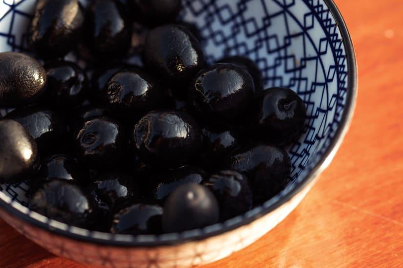 svarta oliver i en skål