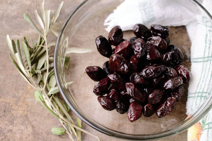 svarta oliver med örter