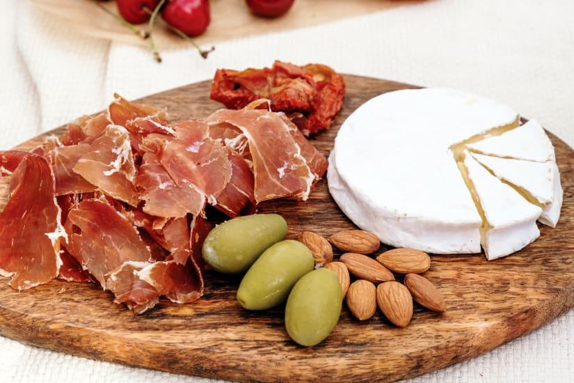 charkuterier med gröna oliver, ost och mandlar
