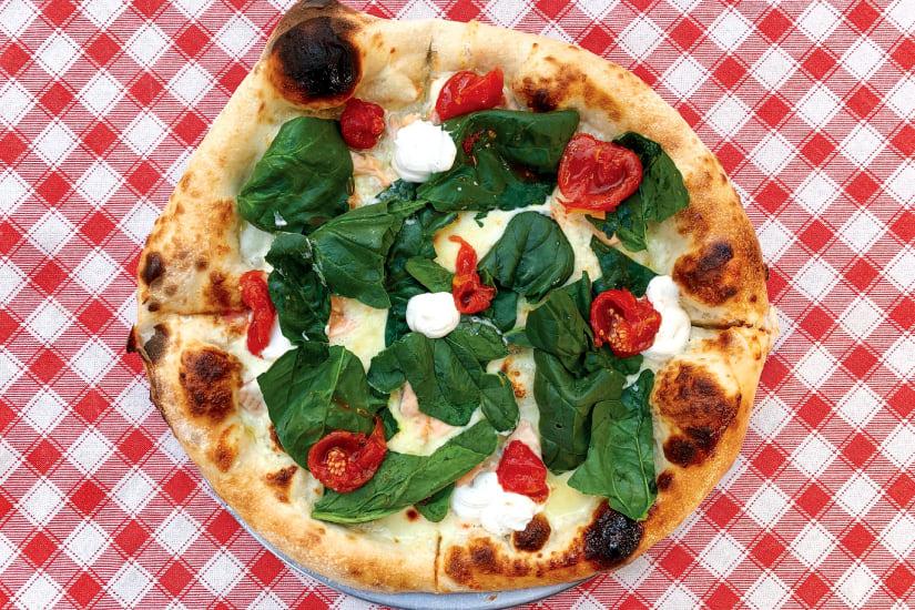 napolitansk pizza på en rutig duk