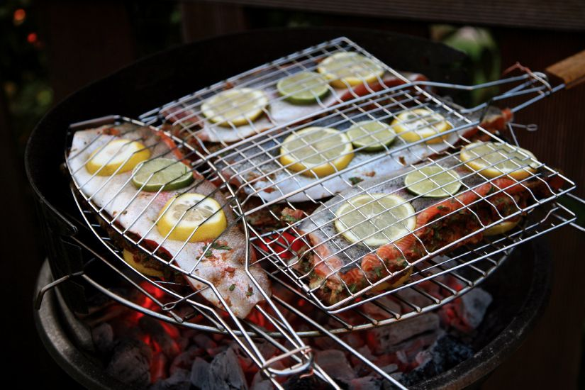 grilled fish with lemon slices